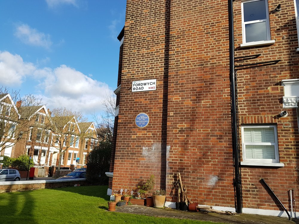 The house might be on Minster Road but the plaque is helpfully just out of sight on the Fordwych Road side