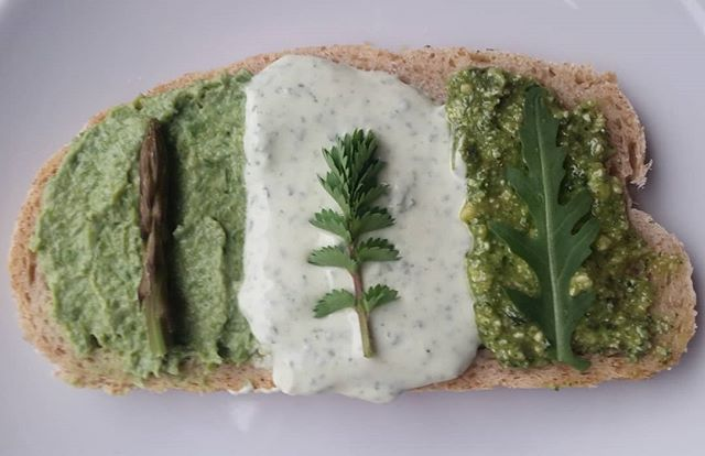 Ecco l'antipasto tris selvatico: crema di asparago selvatico e ricotta, chevre e pimpinella, e pesto con rucola selvatica, senape e noci!