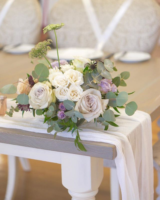 Close up of sweetheart table flowers for Denise and Ed in soft vintage color #annalisastyleflowers #wedding #sweethearttable #flowers #flowergram #flowerstagram #flowersofinstagram #flowerpower #weddingflowers #bearbrookvalley