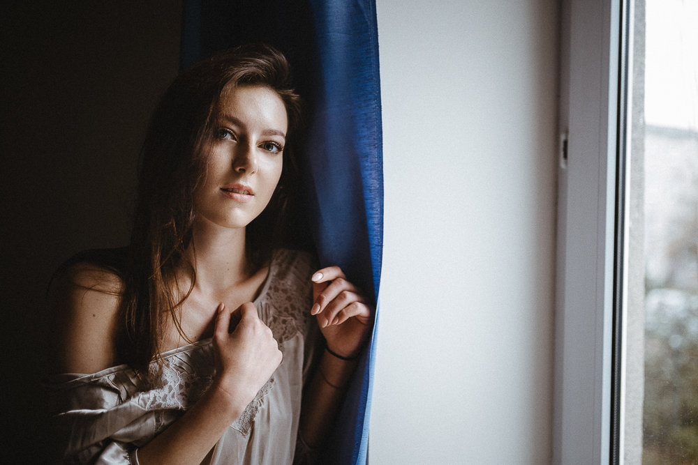 portrait-window-girl.jpg