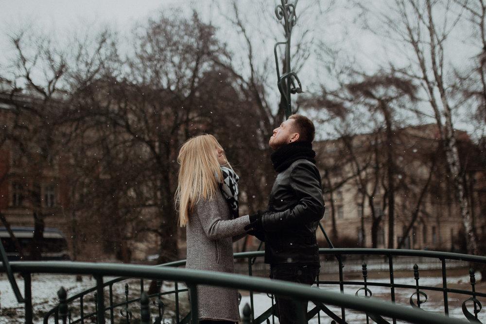 Engagement-photoshoot-in-winter-krakow-wawel-2.jpg