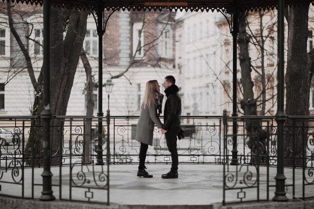 Engagement-photoshoot-in-winter-krakow-wawel-22.jpg