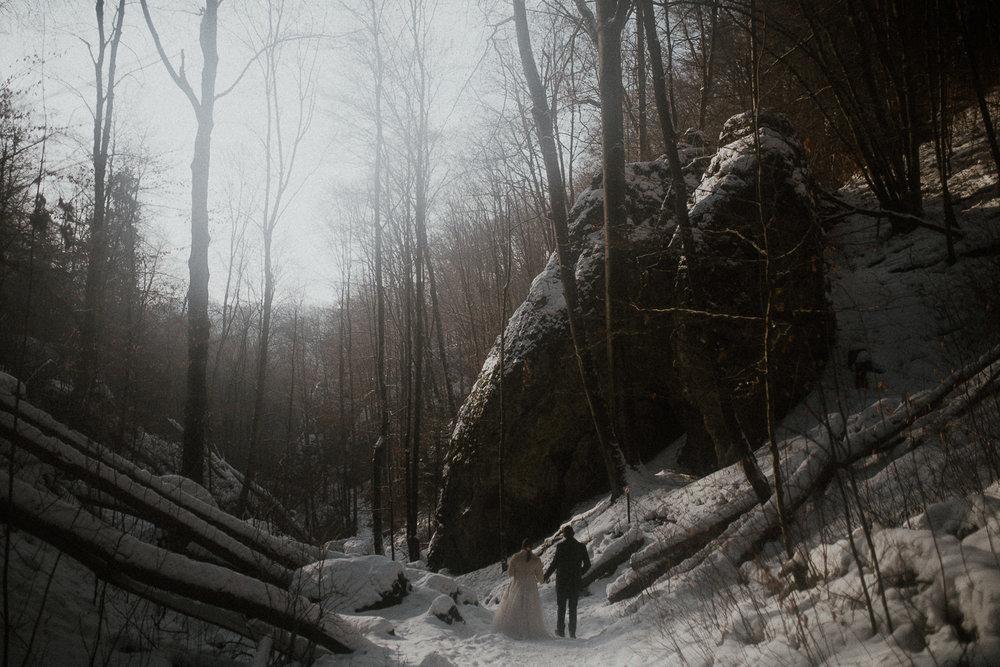 Sesja-slubna-zimowa-w-ojcowskim-parku-narodowym-10.jpg