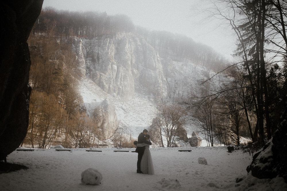 Sesja-slubna-zimowa-w-ojcowskim-parku-narodowym-11.jpg