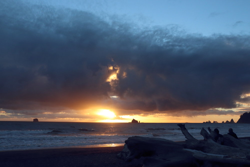 Rialto Beach sunset Olympic Peninsula Beautiful blogs to read, best blogs, blogs to read about life, blogs about lifestyle, read personal blogs, interesting personal blogs, natural living ideas, natural living blogs, life in washington state, what it's like living in washington state, washington state bloggers, washington state travel blog, inspiring blogs to follow, inspiring bloggers, inspiring bloggers on instagram, best personal life blogs
