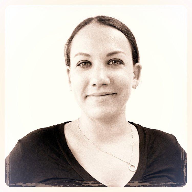 """Clémence   Passionnée d'architecture et après avoir mené des études de Design Produit, Clémence a rejoint ATHEM en 2006. Elle coordonne les équipes graphiques et supervise le travail de création. De la réalisation de """"l'immeuble déformé"""" à l'habillage des façades du musée du Louvre, elle s'efforce d'imaginer des solutions graphiques toujours plus innovantes et surprenantes pour mettre en scène le patrimoine immobilier. Respect du bâtiment et de son histoire, pertinence et efficacité de la proposition graphique sont ses maîtres mots. D'un tempérament combatif, elle pratique la Boxe Française depuis 6 ans ce qui lui permet d'être débordante d'énergie tant dans ses créations que sur le ring."""