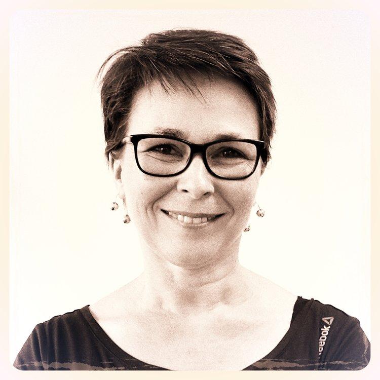 Brigitte   Bienveillante et disponible, sa belle humeur est l'atout cœur de l'atelier. Brigitte débute dans le monde du spectacle et de l'image par le laser, dont elle programme les animations. En 1994, elle collabore aux créations de Skertzò avant de rejoindre l'équipe en 1996, en qualité de graphiste, assistante de réalisation. Aujourd'hui, « Brijou » coordonne et fédère les équipes de graphisme sur les projets de projection de lumière d'ATHEM.