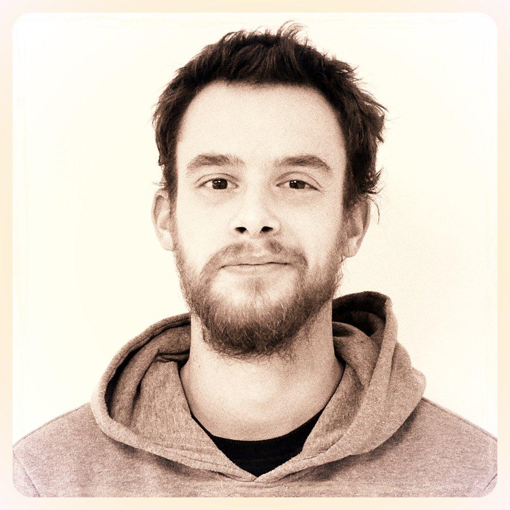 Simon   Diplômé de l'Institut Supérieur des Arts Appliqués de Paris en animation 2D, mais aussi d'un BTS en Communication visuelle, Simon est passionné par le dessin. Avec son âme d'artiste et son naturel discret, il s'investit à 100 % dans les projets et porte toujours en lui cette soif d'apprendre. Il est très observateur et sa créativité se nourrit de tout ce qui l'entoure, avec un regard particulier sur la nature et les animaux. C'est d'ailleurs pour cela que le mouvement artistique qui l'inspire le plus est l'Art Nouveau. Chez ATHEM depuis 2017, Simon s'épanouit dans la diversité et la richesse des projets sur lesquels il travaille. Son coup de coeur ? l'animation en vidéo-mapping réalisée pour le Nouvel An 2017 sur l'Arc de Triomphe à Paris.