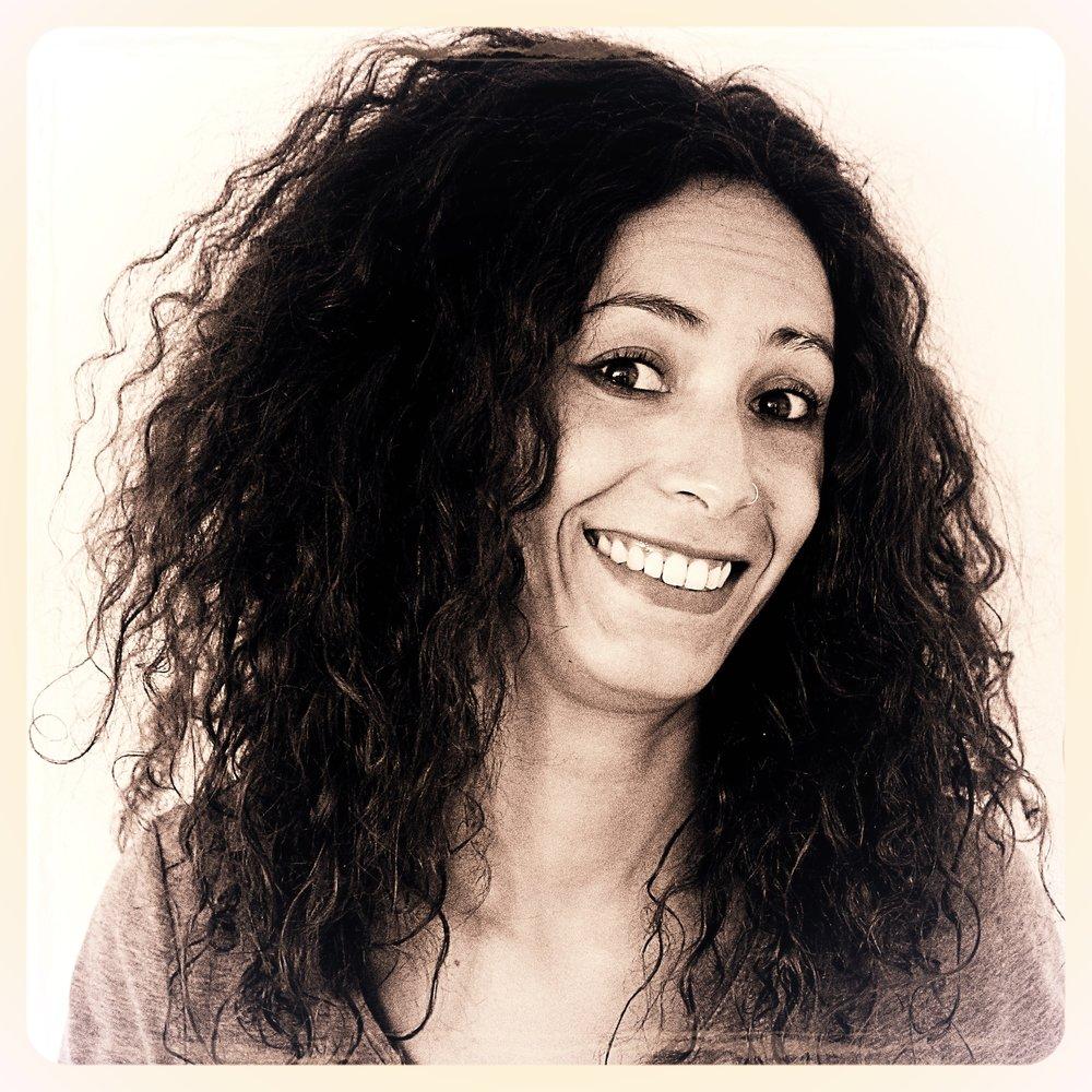"""Houda    Après 4 années d'étude en bande dessinée aux Beaux-Arts de Tetouan, Maroc, son pays natal, Houda se spécialise en cinéma d'animation à l'Isart Digital de Paris, où elle co-réalise un court métrage d'animation 3D intitulé """"L'herboriste"""".    Indépendante depuis 2012, elle s'oriente vers le motion design, dans lequel elle jongle entre le graphisme, la vidéo, la typographie, le dessin, l'animation et le sound design. Ainsi elle conçoit des vidéos Corporate, Web Ad, Bande d'annonce, vidéo mapping et web série, pour diverses agences, telles que Ogilvy, Storycircus, Camarilla Prod, Atelier Athem...    Parallèlement, le désir de partager et de transmettre sa passion la conduit à animer des ateliers de stop motion à Massy dans le cadre du dispositif Réussite Éducative, à Paris en intervenant dans des écoles primaires, ainsi qu'à l'EPNSF de Fresnes pour des ateliers d'arts plastiques en milieu carcéral. Ces activités, à travers lesquelles elle affirme son engagement au sein de la société, lui ont permis une approche nouvelle de la transmission, de la relation avec des publics diversifiés et du fonctionnement de la vie associative."""