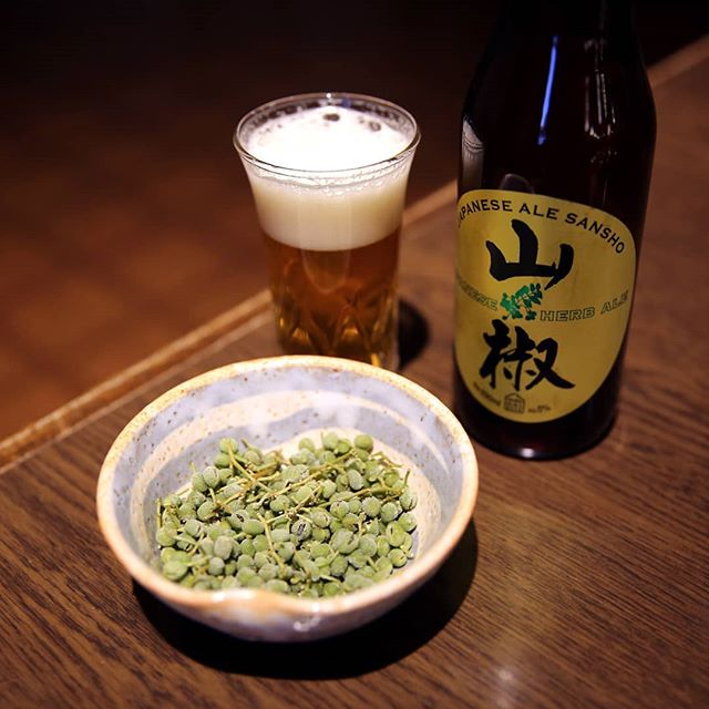 #Sansho Ale is the first of many beers I've fallen in love with in Japan. The herbal brew from @IwateKuraBeer of #Sekinoichi -- a prominent sake brewer that's been at it in #Iwate for over 100 years -- is produced with a Japanese peppercorn called Sansho (scientifically known as Zanthoxylum piperitum -- NERRRRD!) for beautiful aromas of ginger, white pepper, and citrus. On the palate it's just as fresh, zippy, and inviting as the nose suggests. Best of all -- it's available in the U.S.! Highly recommend seeking out this unique and tasty @Japanese_CraftBeer. . #HerbBeer #JapaneseBeer #Japanese #Beer #JapanBeer #Peppercorn #Peppercorns #CraftBeer #JapaneseCraft #JapaneseCraftBeer #Beers #FreshBeer #Japan #BeerTasting #LocalBeer #VisitJapan #JapaneseBeers