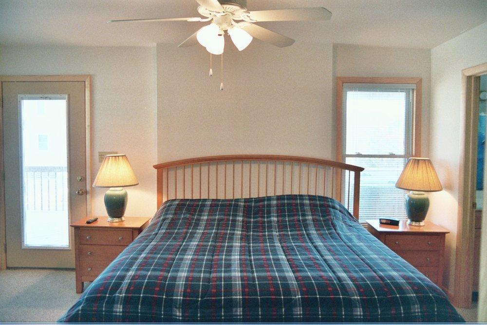 second-lvl-king-master-bedroom-w-hot-tub-access_2892348017_o.jpg