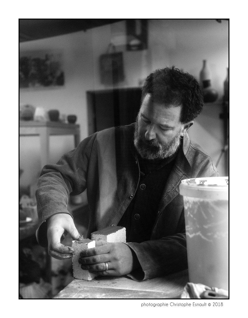 - Micheal Buckley commence à manipuler la terre lorsqu'il est au lycée. À la suite de cette rencontre avec la matière il décide de devenir apprenti potier, avant d'entrer au Kansas City Art Institute puis d'entreprendre des études de cinéma à Columbia College, de Chicago.Installé en France depuis 15 ans, Michael Buckley décide de revenir naturellement à la pratique de la céramique.Passionné par l'Histoire de la céramique et la chimie entre les émaux et la terre, il glane des terres et expérimente tout types de cuissons, au four électrique, au four à gaz, pour laisser le hasard révéler les plus belles couleurs de ces matériaux naturels. Son travail se distingue par des formes simples et épurées à laquelle s'ajoute une recherche constante de la surface et des textures.