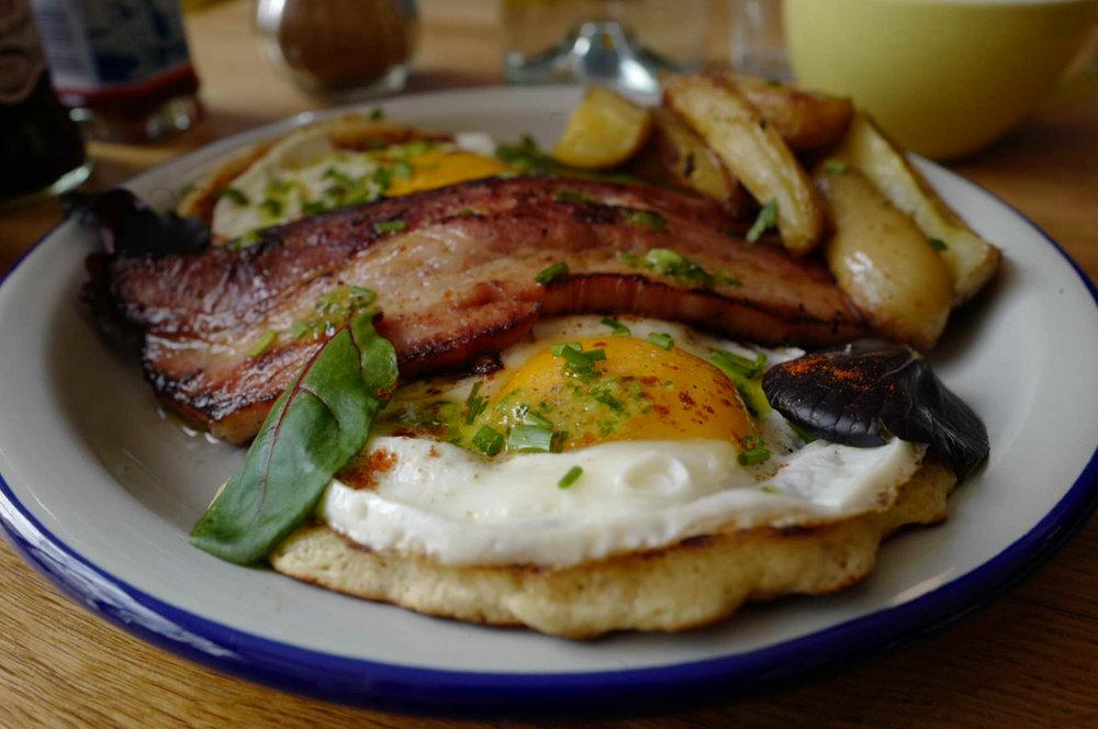 PANCAKES COMME À NEWYORK  Deux beaux pancakes, deux oeufs au plat, poitrine marinée et snackée (encore meilleur que le bacon !) et pommes de terre rôties au four. Une vrai gourmandise !