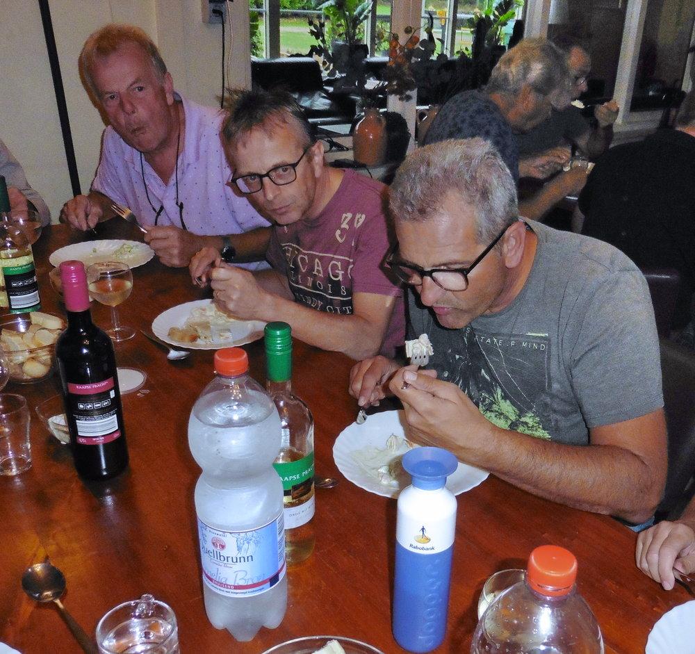 3 bestuursleden laten zich het eten goed smaken.