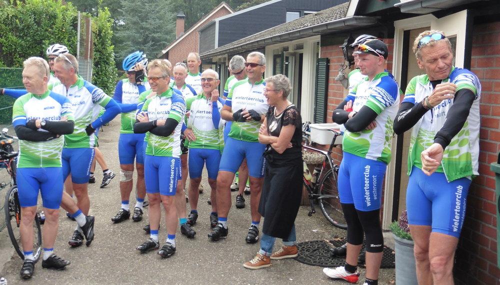 Laatste dag, wachten op vertrek om weer naar huis te fietsen. De 1e 2 groepen maken een omweg via de Holterberg, de 3 groep gaat rechtstreeks.