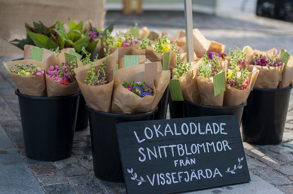 Vi säljer våra snittblommor på marknader under hösten