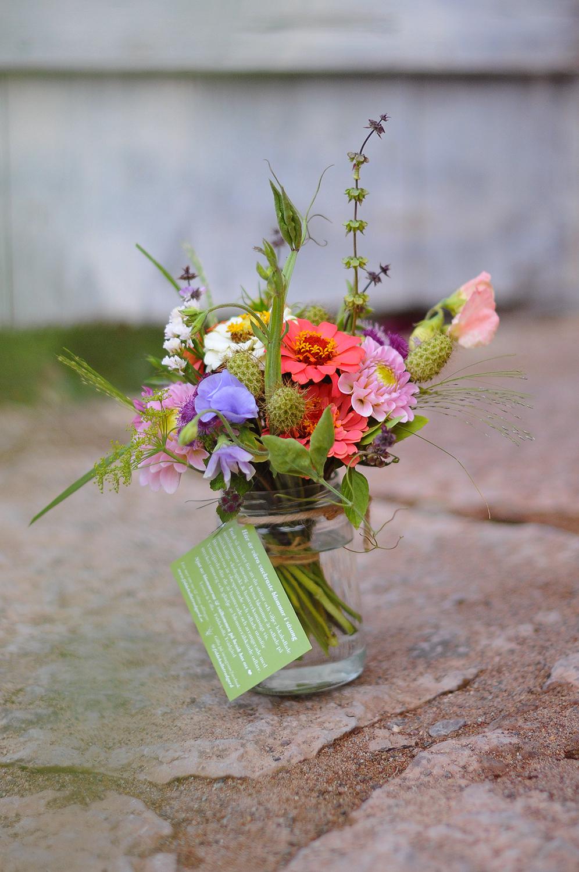 liten trädgårdsbukett i syltburk