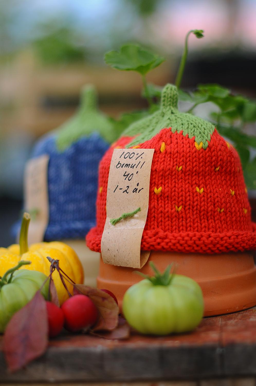 Handstickad jordgubbsmössa till barn