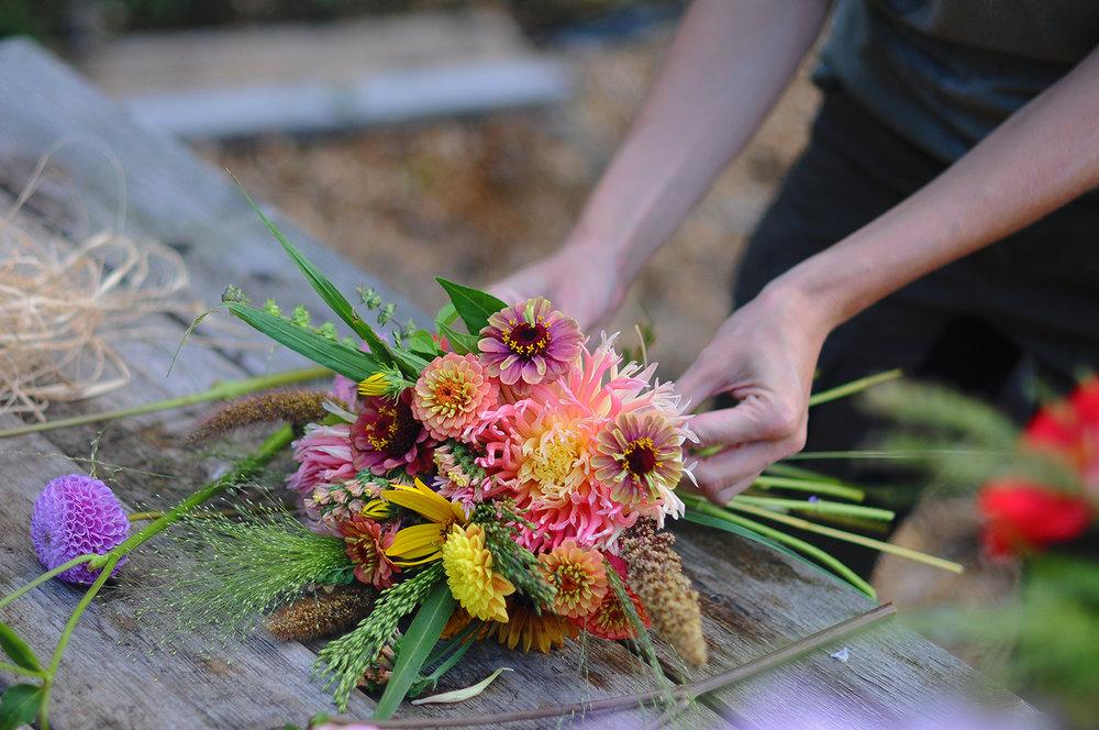 Blomsterbinderi & arrangemang - Vi binder buketter på beställning efter era önskemål. Vi använder oss av våra egna blommor och naturmaterial till hjälpmedel (bundna med naturbast bland annat).Vi arbetar INTE med stickmassa/Oasis utan använder hållbara alternativ som hönsnät, mossa mm.