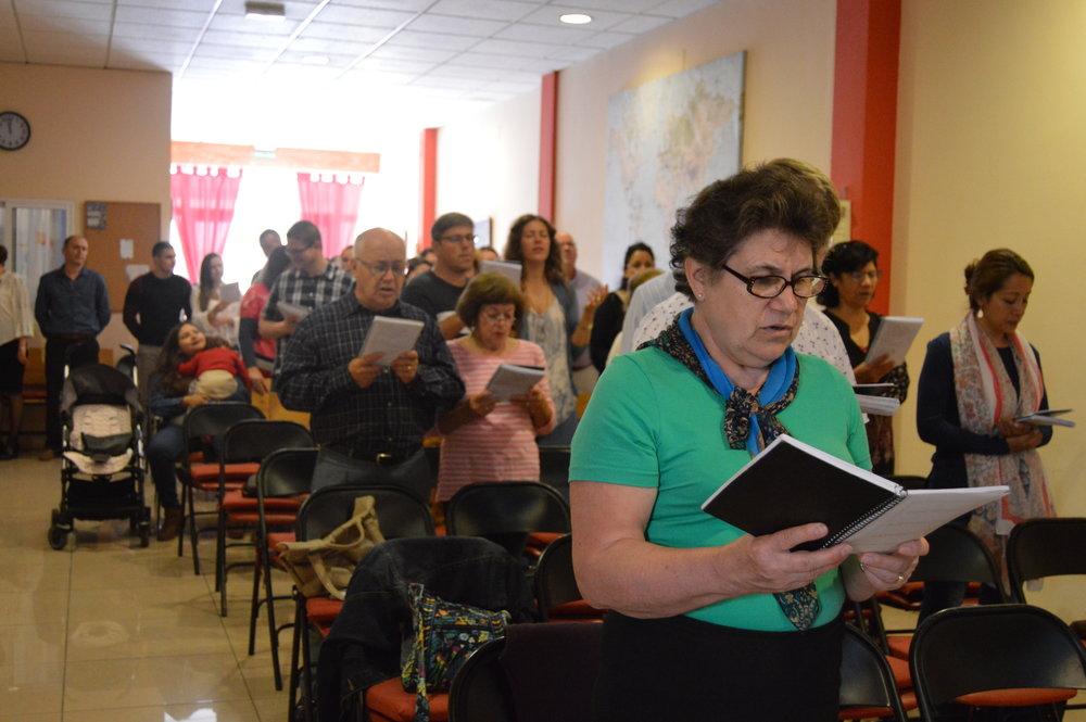 Неделя сутрин в 11:30 ч. - Нашата услуга в неделя сутрин започва с конгрегационно пеене / музика и специално време за посрещане и посрещане на хората около вас. След това правим съобщения за предстоящи църковни дейности, последвани от четене на Библията и след това от съответното послание от Божието Слово. Тук в Либертад ще откриете, че високо ценим Божието Слово (Библията) като наш източник на вяра и нашето ръководство за следване на Господ Исус Христос в нашето ежедневие.'И тъй, вярата е от слушане, а слушането от словото Божие.'   Римляни 10:17
