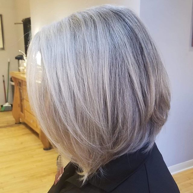 Cut by Eva @evablackburnhair  Curly bob blown out straight.  #naturalgreyhair #curlyhair