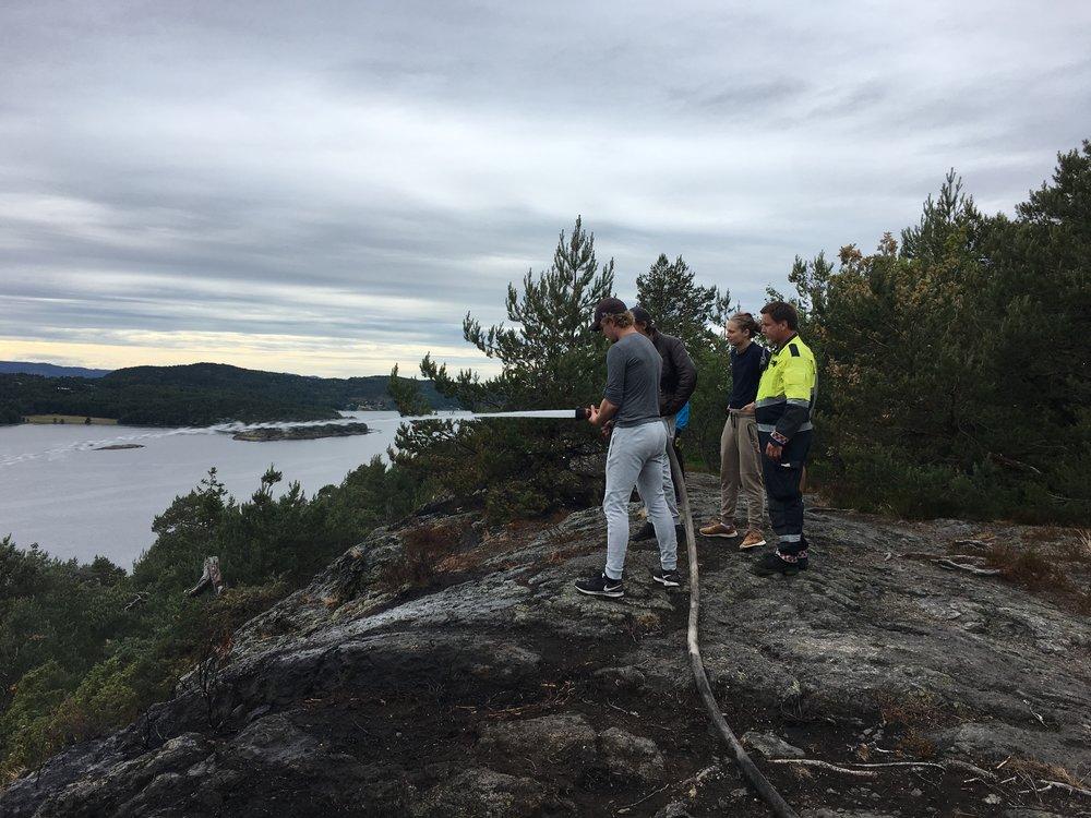 Skogbrannen på Røysåsen skremte mange på Mosseskogen. Flere hundre ble evakuert, men dyktige brannfolk hindret flammene fra å nå bebyggelsen. Over etterslukking i dagene etter brannen
