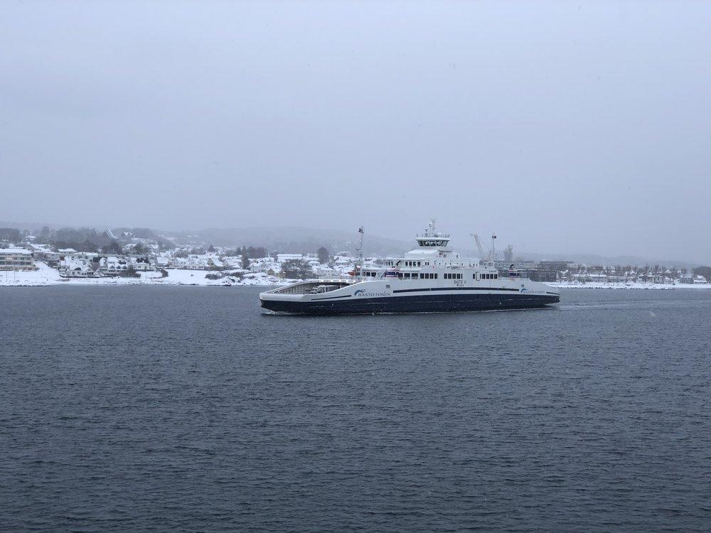 Vinterlig i starten. Her stevner et av fartøyene til Bastø Fosen ut Væla