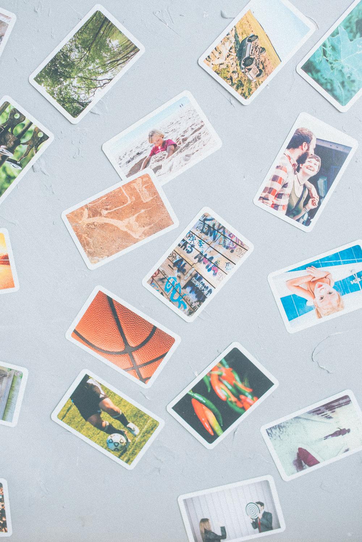 PhotoCoaching - was ist das? - Footprints of our MindsBilder lassen den inneren Kompass anspringen.Mit Bildern kann man ausdrücken, wo einem Worte fehlen. Man kann Emotionen zeigen, die man bis dahin noch nicht beschreiben konnte. Man kann seinen Ist-Zustand sehen, beschreiben und dann in neue Bilder überführen oder sich entscheiden, ob ein neuer Filter dazu genommen werden soll. Man kann Wünsche formulieren, wo man vorher vage war. Gefühle sind vorübergehend, bis eine Kamera sie einfängt und die visuellen Spuren auf dem Bild erscheinen. Ein ganzes Leben lang bewahren wir Erinnerungen ohne irgendwelche Worte auf - Bilder lassen uns die Erinnerungen in Worte fassen. Mit Bildern kann man Entscheidungen vorbereiten.Entscheidungen sind die Brücken zwischen unseren Wünschen und unserem Handeln.