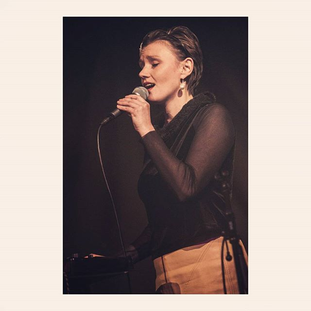 I'm on a bit of a nerdy singer high this week... Had 4 gigs and when usually that would make me tired and a bit overwhelmed, this week I'm just really enjoying being able to sing every day. Cheese cake I know but ... It's pretty fun 👯 . .  Here are some nice 📸 from Monday's gig at @thebedfordpub  by @bradinglisphoto