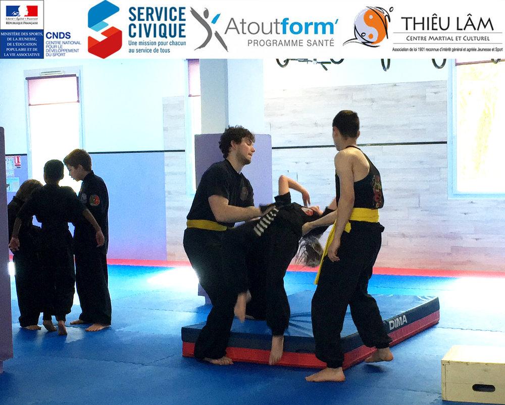Vincent et Dylan aident les enfants pour faire les acrobaties au Centre Thiêu Lâm à Blagnac.