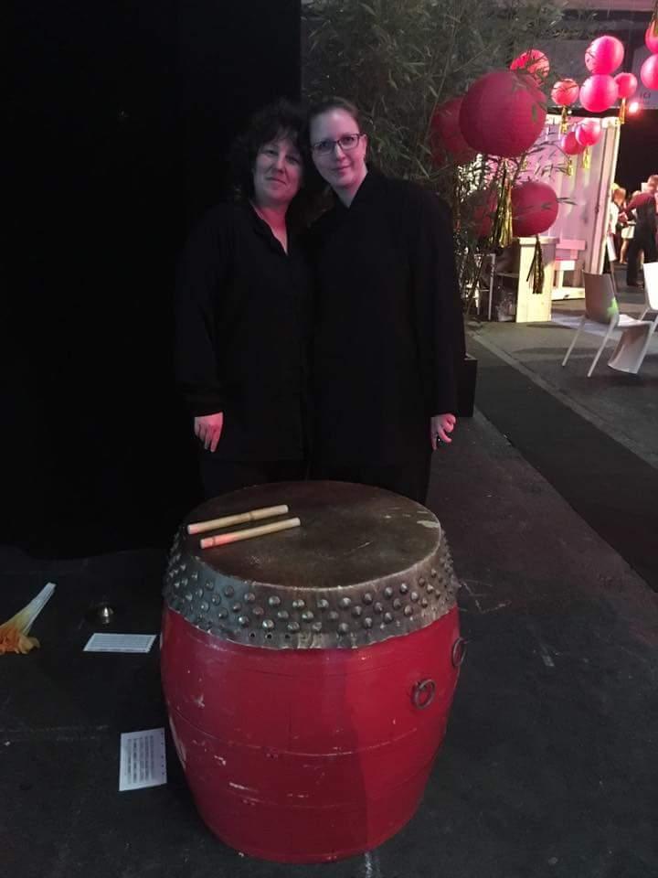 Marie-Ange avec le tambour au Centre Thiêu Lâm.