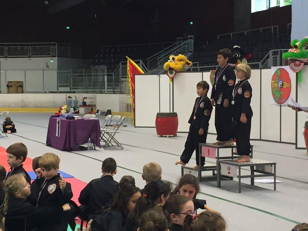 Le moment des médailles enfants pendant la 3e Rencontre des Arts Martiaux et du Mouvement.