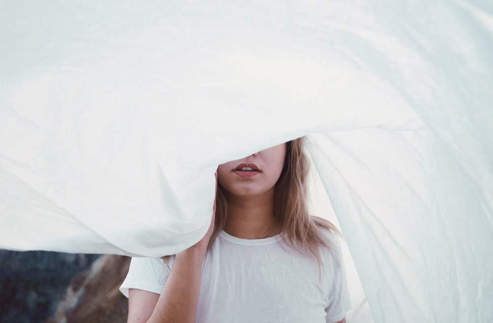 Zarte, minimalistische Kleider sind gerade sehr im Trend und perfekt für eine Hochzeit im Sommer -