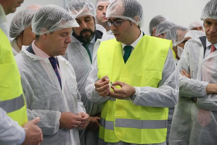 El presidente de Castilla-La Mancha, Emiliano García-Page,durante su visita a la nueva planta farmacéutica ubicada en Azuqueca de Henares