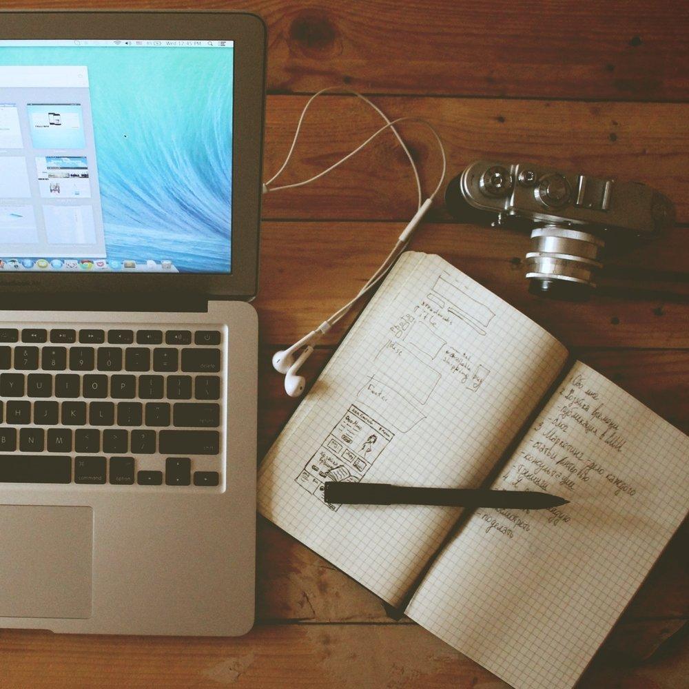 Design du podcast - Quand on crée du contenu, chaque détail est essentiel.Nous vous accompagnons pour trouver le meilleur présentateur (trice), définir l'identité visuelle et audio, le rythme de publication pour vous inscrire dans les habitudes de vos abonnés.