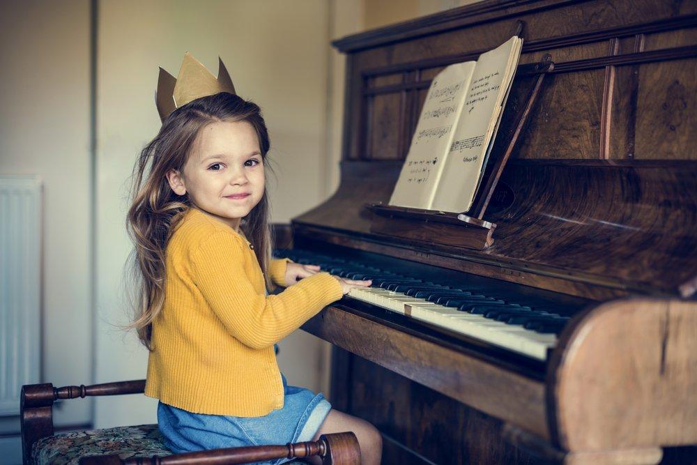 girl-play-piano