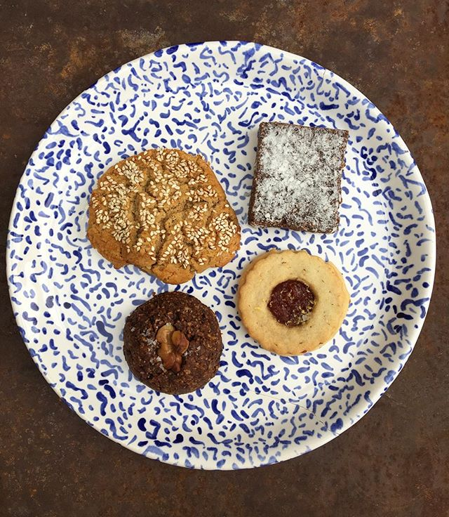 The gangs all here! Clockwise left to right: PB-tamari cookie, sunflower seed butter & coconut power squares, hazelnut linzer tart with quince jam AND rye-chocolate cookie 😍😍😍 All the magic courtesy of @eckamm 👏🙏