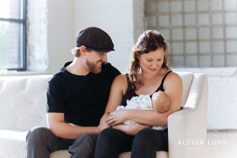 Minneapolis-lifestyle-newborn-portraits-18.jpg