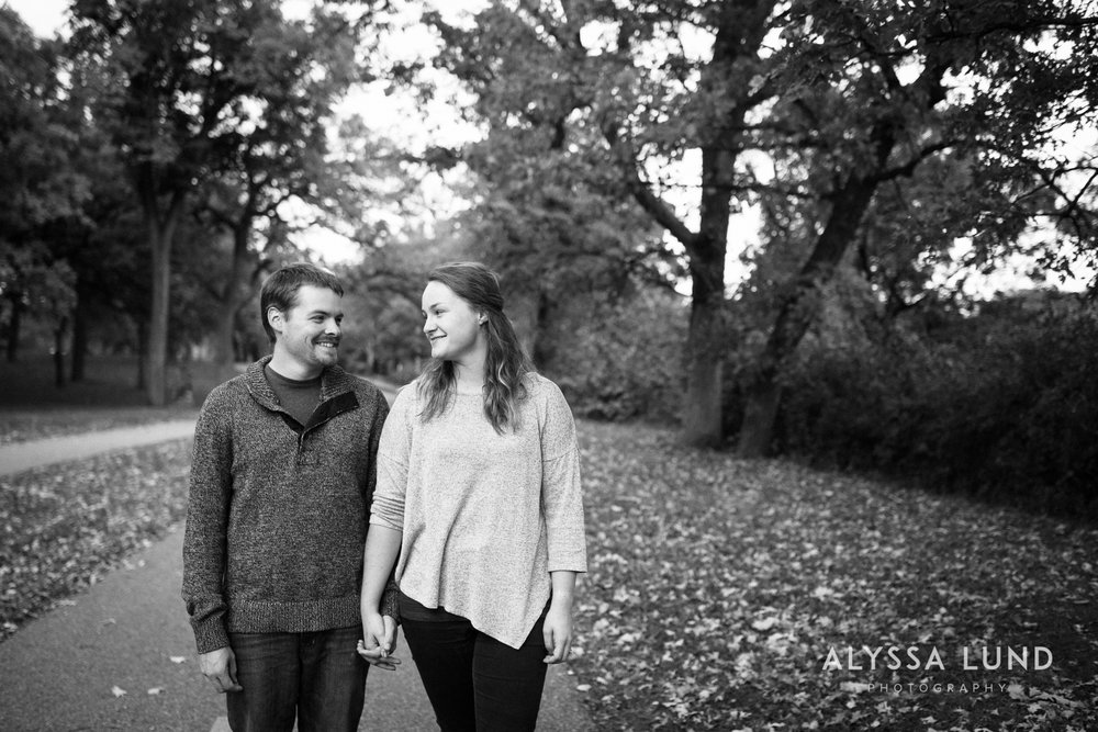 couple portraits at Minnehaha Park-02