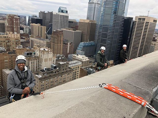 It may be raining here in the south but a few of our technicians are enjoying better weather up north. Inspecting a 36 story building can get a bit chilly but at least the sun is out. ☀️ 🌞 #southernatech #buildinginspection #workatheight #ropeaccess #sprat