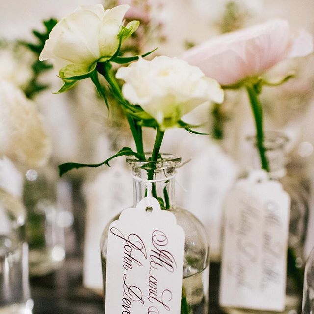 Guests at Carol & Richards wedding were encouraged to take these cute bud vase escort cards home with them. See more of this wedding on our blog today (link in bio). 📷@jessicahendrixphoto
