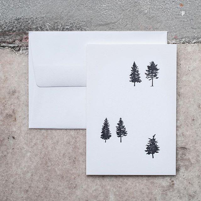 Nemáš ešte vianočné pohľadnice 🎄💌🎄 a hľadáš niečo unikátne? Tlač letterpressom, minimalistický dizajn, kvalitný papier a pri tom každá je originál.  Píš, volaj alebo zastav v Novej Cvernovke v Artattack shop & room.