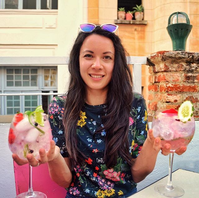 Gin cocktail and flowers anyone? ⠀⠀⠀⠀⠀⠀⠀⠀⠀ Summer is clinging on in London, much like I refuse to stop talking about my trip to Cuba. No apologies for this post, featuring the magnificent restaurant and bar El del Frente in Havana. Hop along to the blog to see photos of all my food and the super hipster balcony. ⠀⠀⠀⠀⠀⠀⠀⠀⠀ Not everything in Cuba is vintage cars and rum 😉