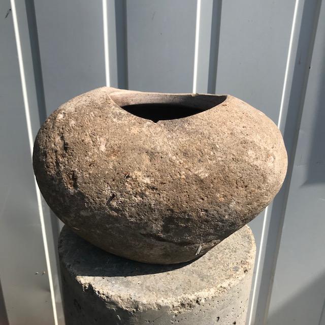 Víztartó edények, folyami kőből