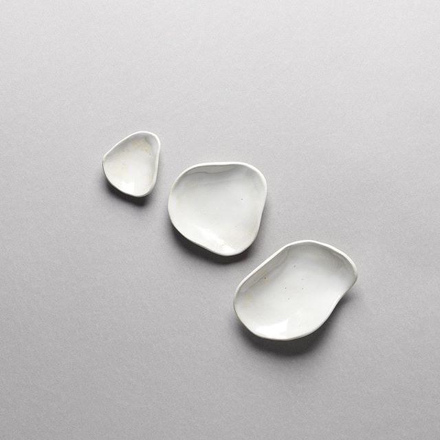 petites coupelles à bijoux ou à condiments en grès blanc émaillé à retrouver en boutique ☁️ Adresse et horaires dans la bio 👀