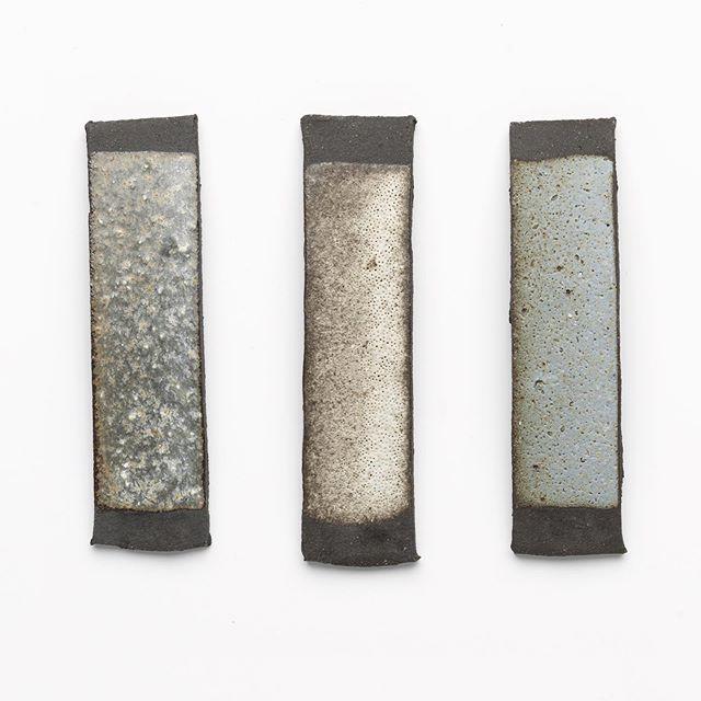 tests d'émaux sur grès noir chamotté - #terrechamottée #emaux #glaze #sandstone