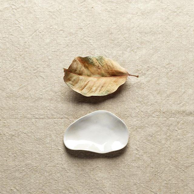 Petite coupelle modelée en grès blanc émaillé au pinceau. Légère et délicate comme une feuille elle accueille bijoux ou autres petits trésors du quotidien. Nous avons des coupelles de toutes tailles et émaillées de diverses couleurs. A découvrir en boutique 🍃