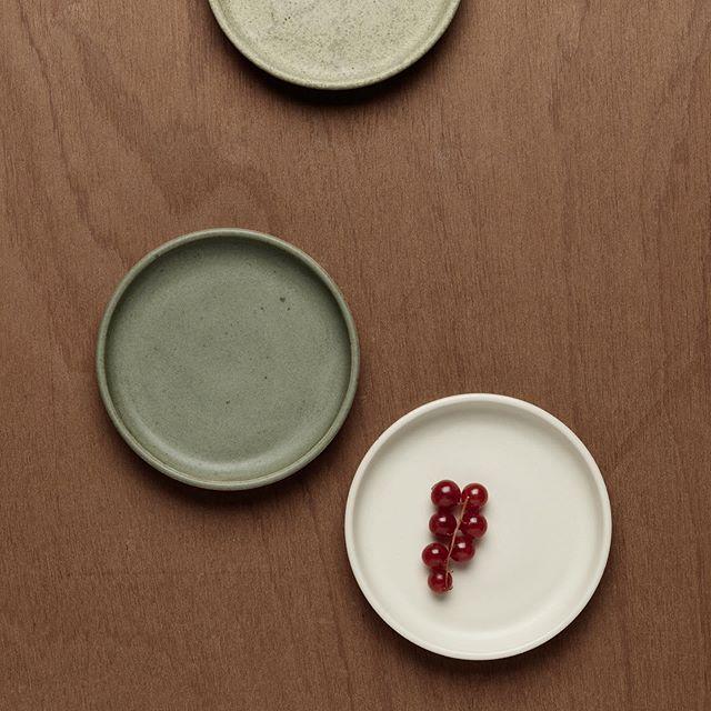 petites assiettes toutes simples ⚪️ 。 。 。 。 #ceramics #pottery #slowlife #makersmovement #handcraft #decoration #wabisabi #simplicity #contemporaryceramics #ceramique #homedecor #minimalist #paris11 #studiosan #stilllife #madeinfrance #madeinparis #pariscityguide #faitmain #acheterlocal #plate #glaze #functionalart #tablestyling #tableinspiration