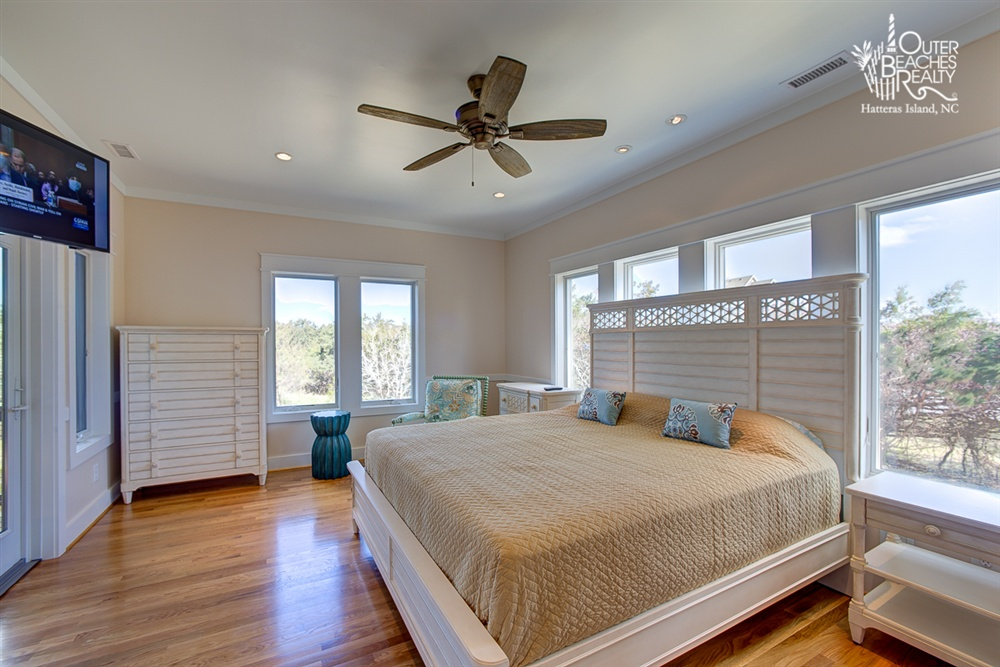 ENERGY - Situated on the first level, this master bedroom contains a king-size bed and private bathroom. There's easy access to the 7-person hot tub, the downstairs lounge space and your shared guest kitchen.