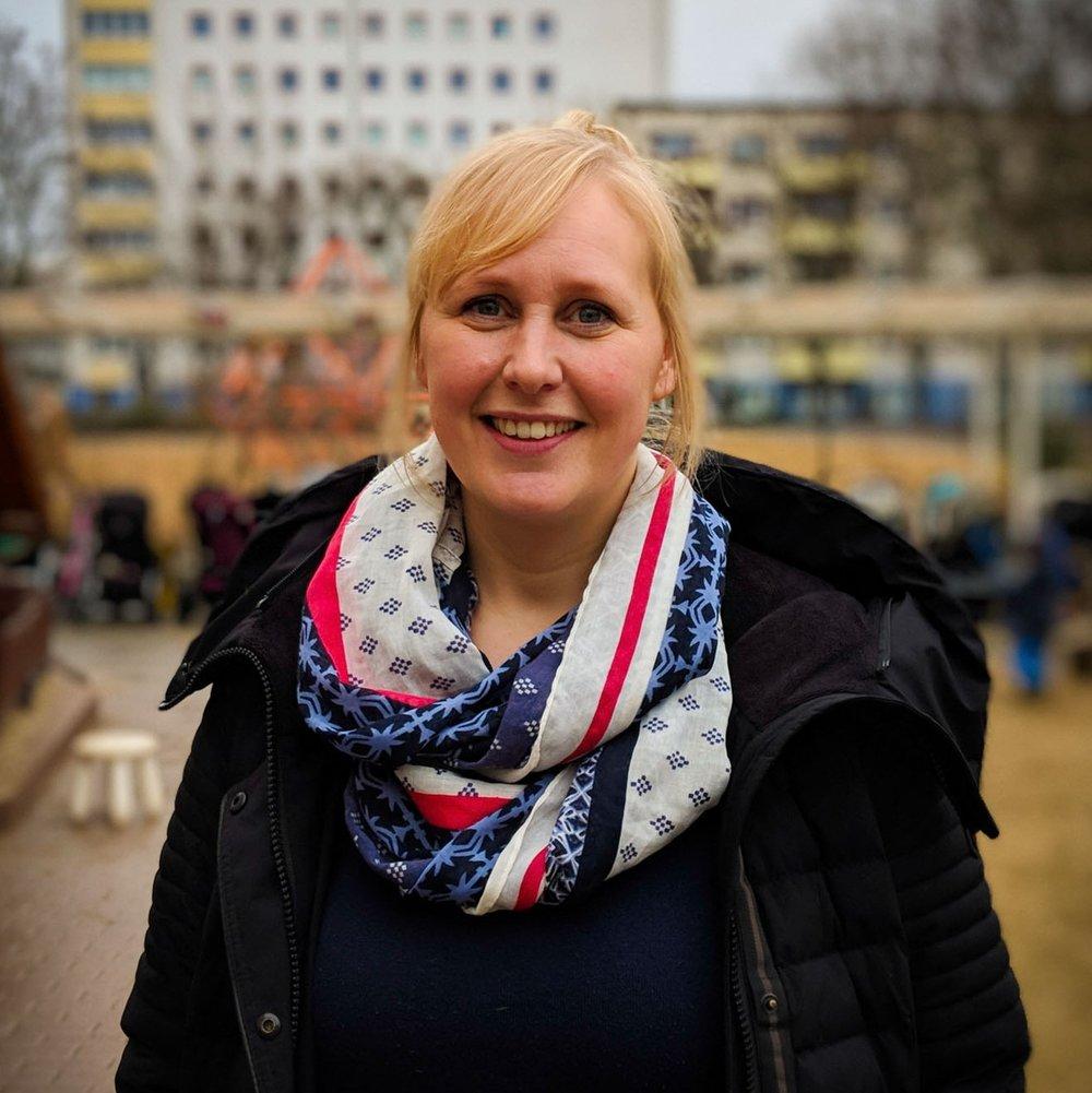 Christina Domurath   Nach einer vierjährigen Ausbildung zur staatlich anerkannten Erzieherin in Celle, hat Tina auf Norderney in einer Reha-Zentrum für Kinder mit zusätzlichem Unterstützungsbedarf. 2010 erfüllte sich Tina den Wunsch, im Ausland zu leben und zu arbeiten und zog nach Los Altos in Kalifornien, um als Au-pair für eine schwedisch-amerikanische Familie zu arbeiten. Im März 2012 zog sie dann wieder zurück nach Deutschland, wo sie seitdem als Erzieherin an der Berlin Cosmopolitan School tätig ist. Hier leitet sie eine Gruppe von Kindern vom ersten Kindergartenjahr bis zur Vorschule.  Derzeit ist Tina Vorschulerzieherin und Vorschulkoordinatorin und hat so die Möglichkeit, Kollegen mit neuen und innovativen Ideen zu leiten, die auf auf Best-Practice-Prinzipien und aktueller Forschung im Bereich der frühkindlichen Entwicklung basieren. In ihrer Rolle als Vorschulkoordinatorin ist Tina an der Organisation von Projekten, wie z.B. Ausflügen, Mitarbeiter-Meetings und verschiedene anderen Aufgaben beteiligt. Organisationstalent, Team- und Kommunkationsfähigkeit zählen zu Tinas Stärken, die sich besonders gut für die Ziele einer Erasmuspartnerschaft eignen.  Tina freut sich darauf, mit internationalen Partnern zu arbeiten, die auch die Vision teilen, frühkindliche Best-Practice-Konzepte bezüglich Spracherwerb und dessen Implikationen für die soziale und emotionale Entwicklung von Kleinkindern.  Für Tina ist es unabdingbar, im Klassenraum eine Atmosphäre herzustellen, in der sozio-emotionale Entwicklung gefördert wird, z.B. durch Klassenzimmergestaltung, tägliche Rituale und Erwartungen. In diesem Umfeld bildet Tina eine natürliche Verbindung mit den Kindern und ein vertrauensvolles Verhältnis mit den Eltern, wodurch wiederum ein positives Lernumfeld entsteht. Tina ist davon überzeugt, dass dies eine bereichernde Erfahrung für alle Beteiligten wird und ist dankbar dafür, an diesem Prozess teilnehmen zu dürfen.